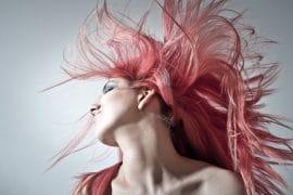 Jeune femme avec des cheveux colorés en rose pastel